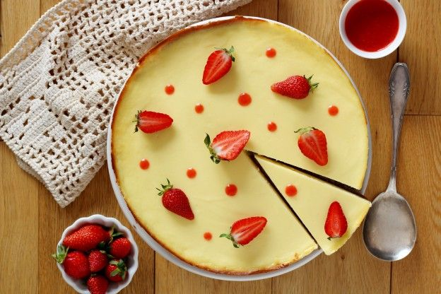 Stress-free cheesecake with strawberry sauce